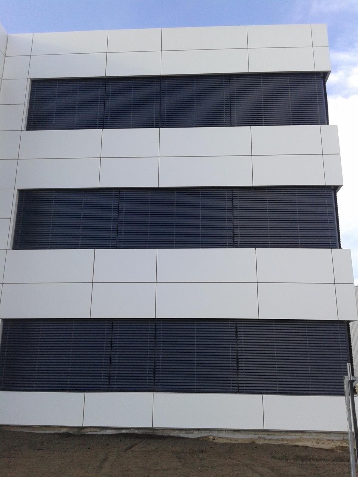 Umyte okna w budynku biurowym